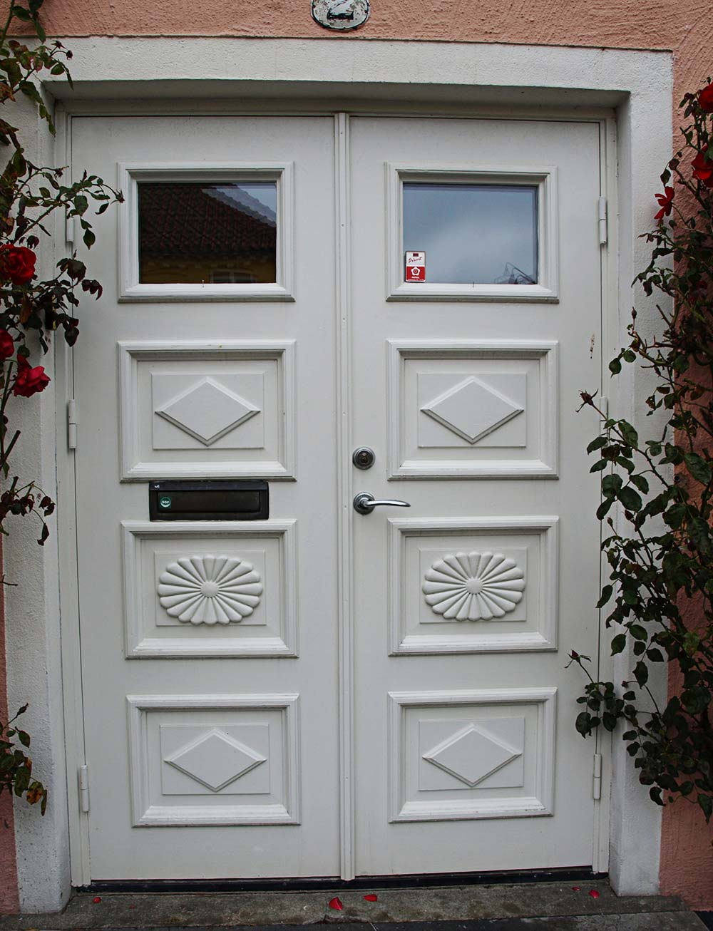 En vit ytterdörr.