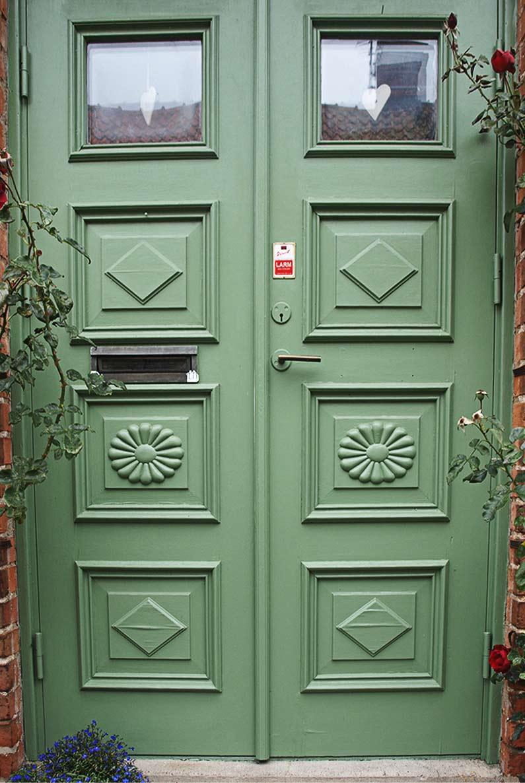 Grön ytterdörr.