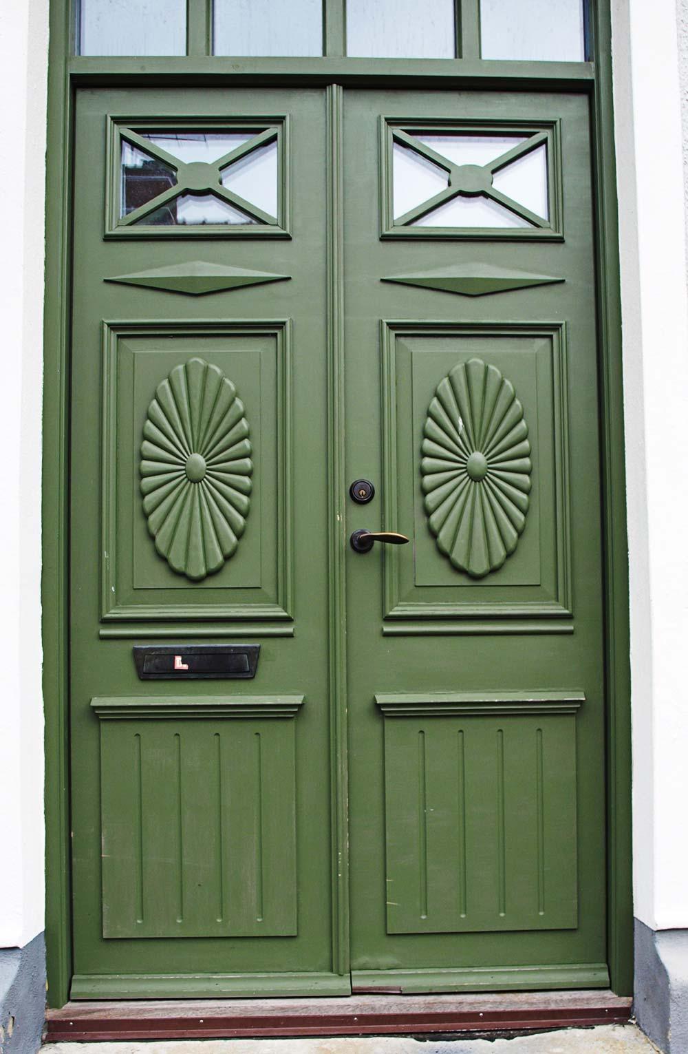 En grön ytterdörr.