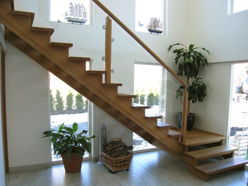 En modern trappa i trä.