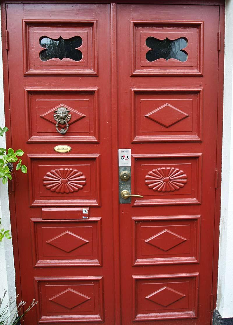 Röd ytterdörr.