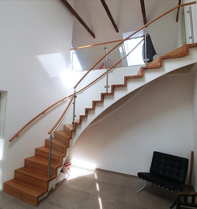 Vit trappa.